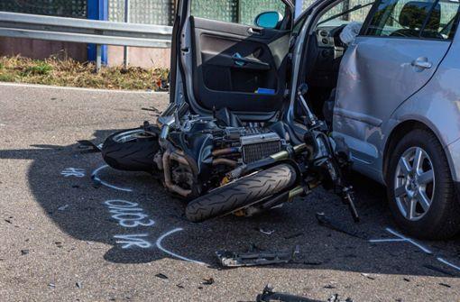 Autofahrerin bleibt auf Kreuzung stehen - mehrere Verletzte