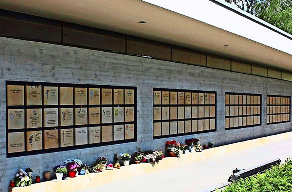 Die Urnenwand auf dem Echterdinger Friedhof Foto: Christoph Kutzer