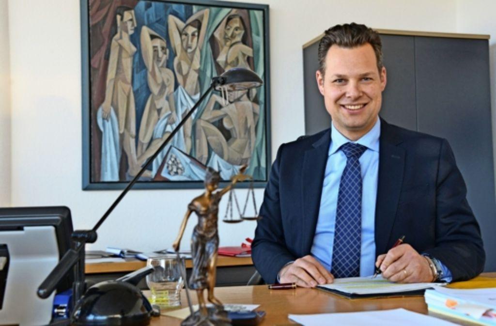 Bürgermeister Carl-Gustav Kalbfell, hier am Schreibtisch in seinem Büro in Leinfelden,  musste nach seinem Amtsantritt im Oktober 2015 in die Vollen gehen. Inzwischen ist auch sein Bekanntheitsgrad gestiegen. Foto: Norbert J. Leven