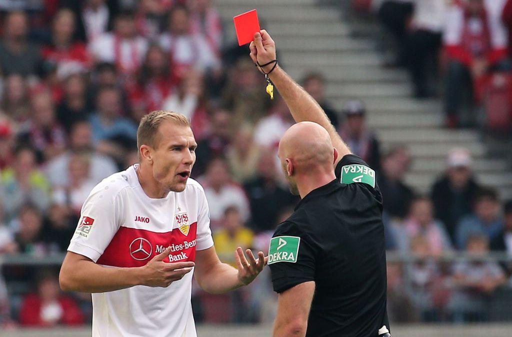 Kann es nicht verstehen: Holger Badstuber vom VfB Stuttgart sieht gegen Holstein Kiel Gelb-Rot. Foto: Baumann