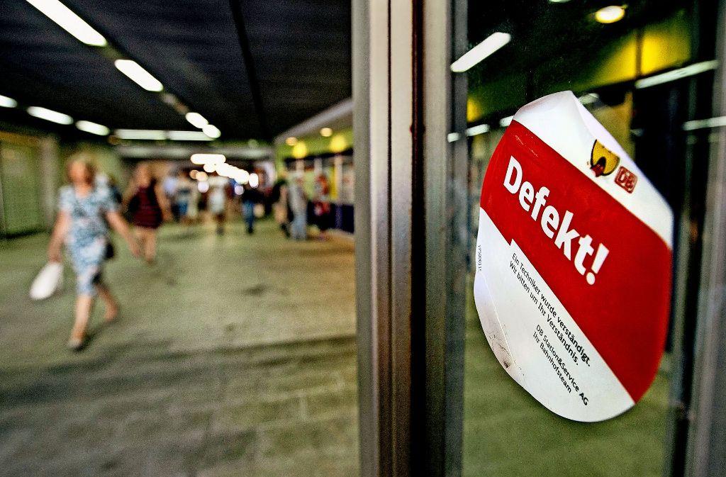 Ein Aufkleber, den die Bahn für ihre Aufzüge häufig benötigt. Foto: Horst Rudel/Archiv