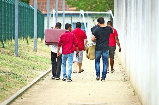 Notfalls zwingt Polizei Flüchtlinge zum Umzug