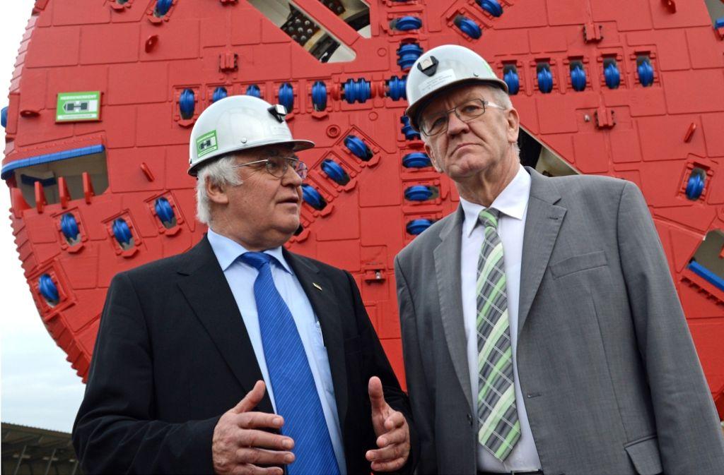 Besuch bei dem Tunnelbohrunternehmen Herrenknecht: Der Firmeninhaber Martin Herrenknecht zeigt Ministerpräsident Winfried Kretschmann sein Unternehmen, das auch bei Stuttgart 21 beteiligt ist. Foto: dpa