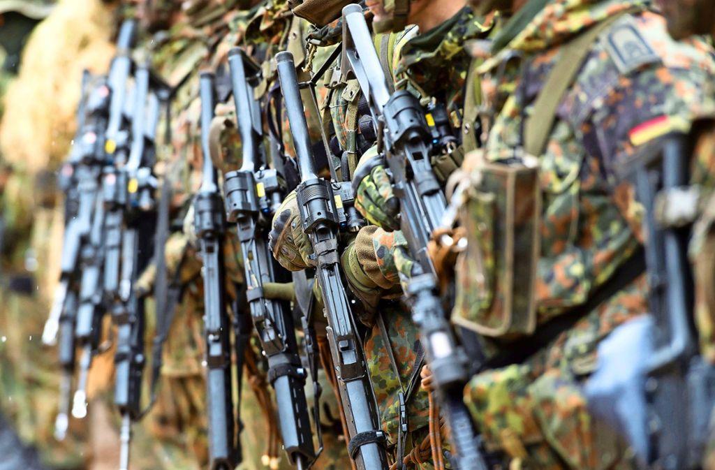 Die Bundeswehr ist ein wichtiger Kunde für Heckler & Koch.  Hier halten  Soldaten das Gewehr G36 in den Händen. Foto: dpa/Sven Hoppe