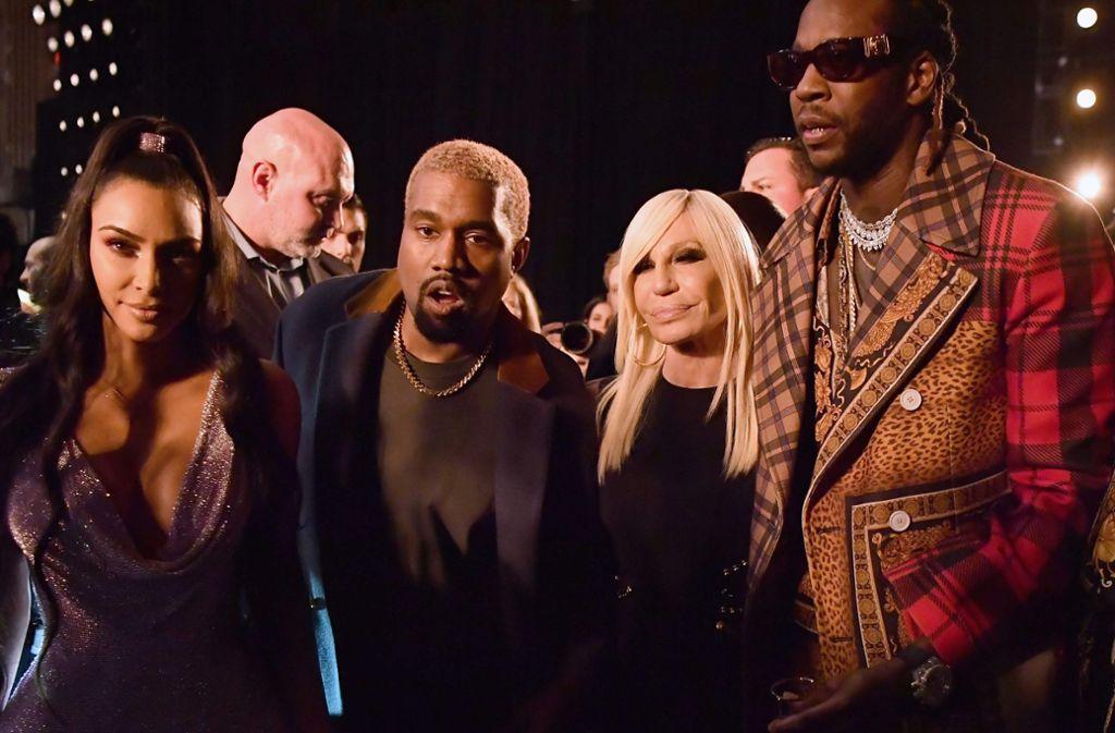 Kim Kardashian, Kanye West und Rapper 2 Chainz posieren mit Donatella Versace. Foto: AFP