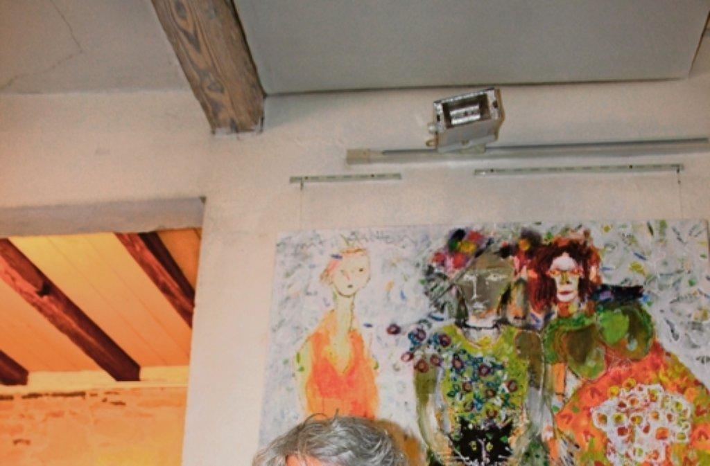 Hans Mendler in seinem Atelier – derzeit zeigt er auch in Balingen seine Werke. Foto: Bross