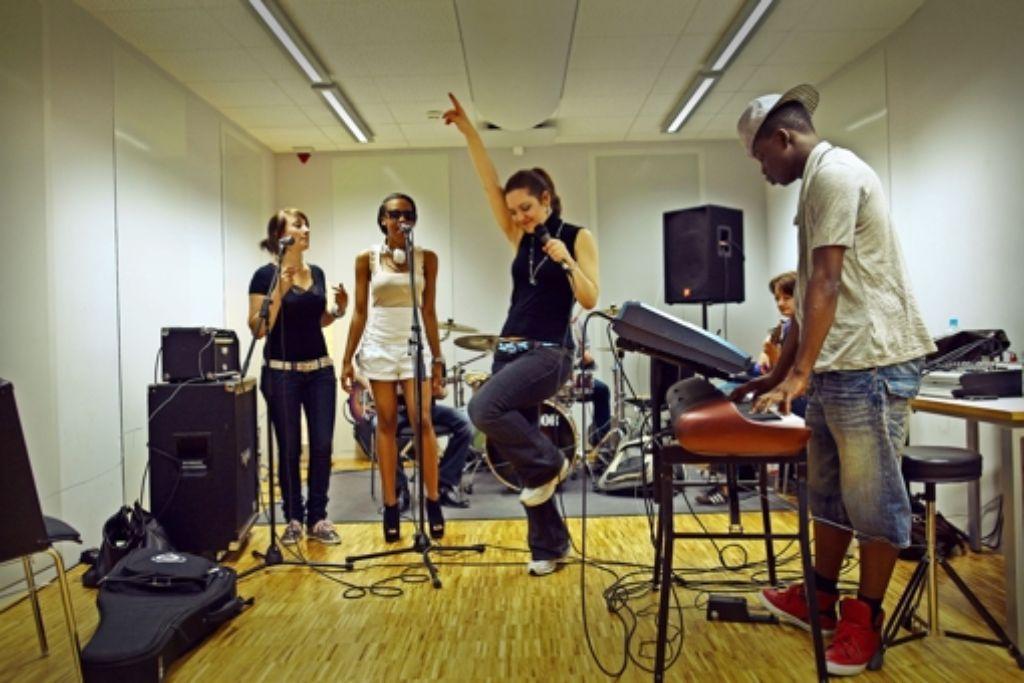 Wer an der Popakademie in Mannheim studieren möchte, muss sein Instrument  gut beherrschen. Mehrere praktische Prüfungen sind die Regel. Foto: ullstein