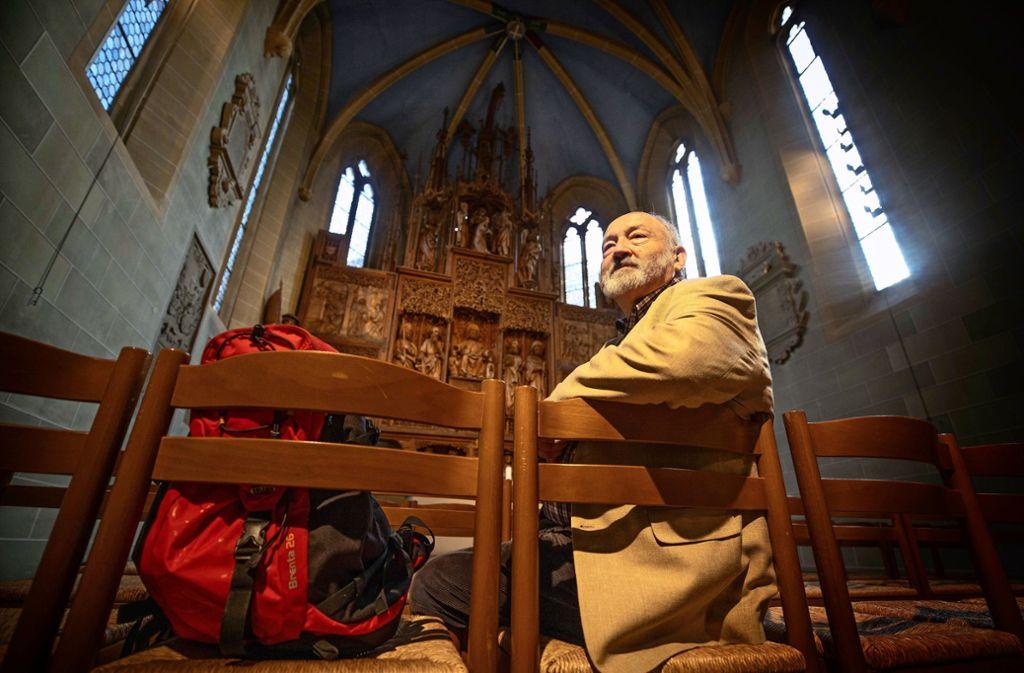 Rudi Förschler vor dem Winnender Jakobus-Altar: Die Geschichte des Jakobswegs  sieht er kritisch. Foto: /Gottfried Stoppel