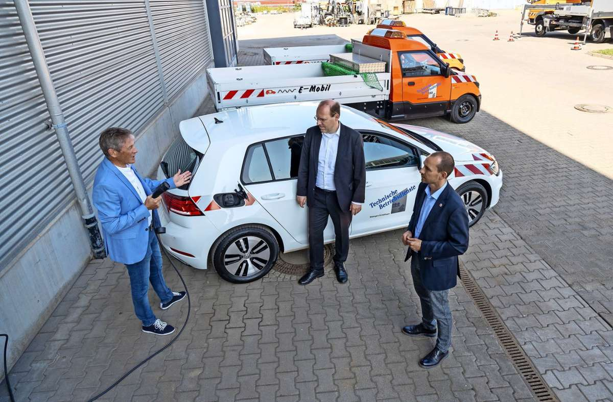 Lars Engelmann vom Bauhof und die Oberbürgermeister   Bernd Vöhringer und Stefan Belz  (von links) beim neuen E-Golf Foto: factum/Jürgen Bach