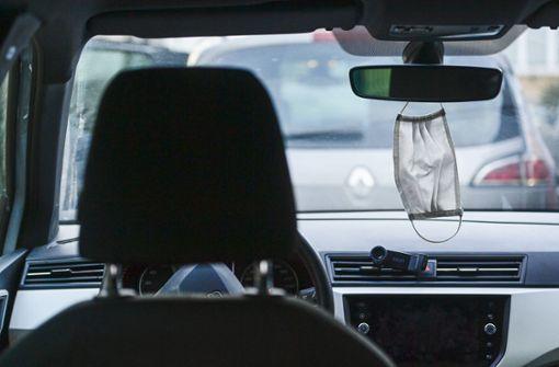 Masken könnten wie Warnwesten in Autos Pflicht werden