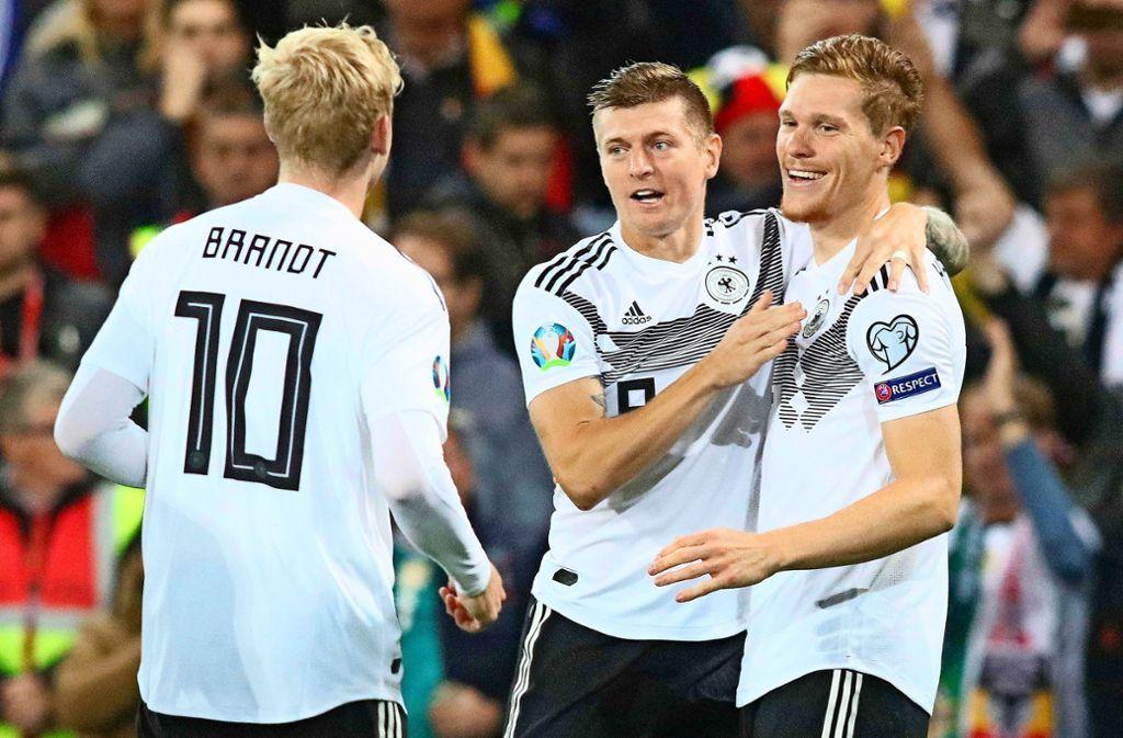 Glückwünsche von den Mitspielern für  Marcel Halstenberg (rechts) Foto: AFP