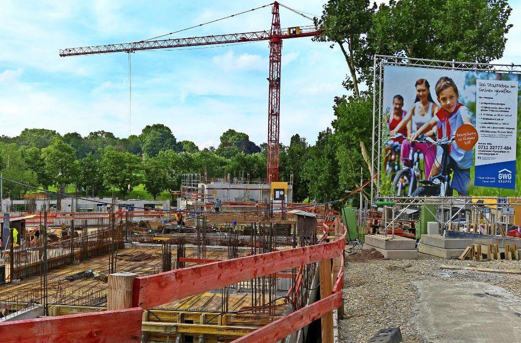 Auf dem Werbeplakat bei der Baustelle am Schwanenplatz werden die 23 Eigentumswohnungen noch angepriesen. Foto: Jürgen Brand
