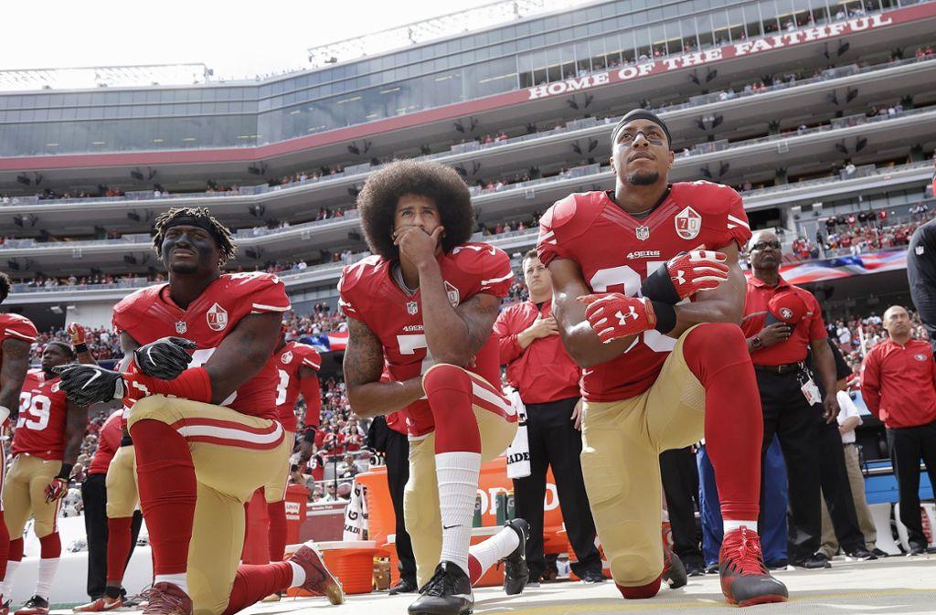 Schon 2016 hatte der damalige Quarterback der San Francisco 49ers, Colin Kaepernick (Mitte), kniend gegen die Polizeigewalt gegen Schwarze protestiert. Foto: dpa/Marcio Jose Sanchez