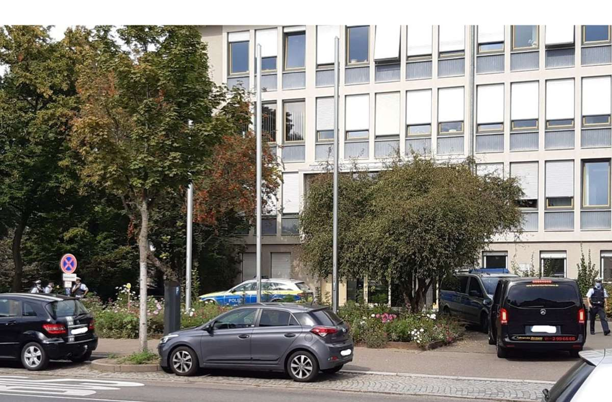 Die Polizei durchsucht das Gerichtsgebäude nach einer Bombendrohung. Foto: Peter Meuer