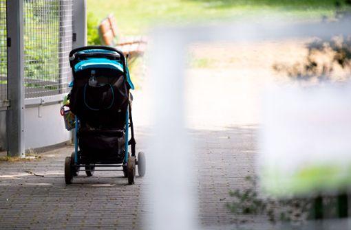 Eltern heben Kinderwagen über Zaun – Mutter erleidet Stromschlag
