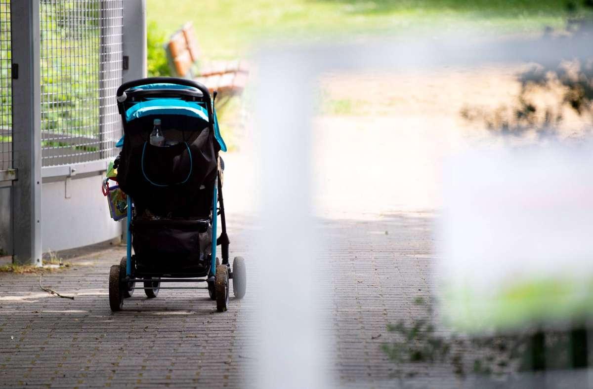Beim Versuch einen Kinderwagen über einen Zaun zu heben, erlitt eine Mutter einen Stromschlag (Symbolbild). Foto: imago images/Noah Wedel/Noah Wedel via www.imago-images.de