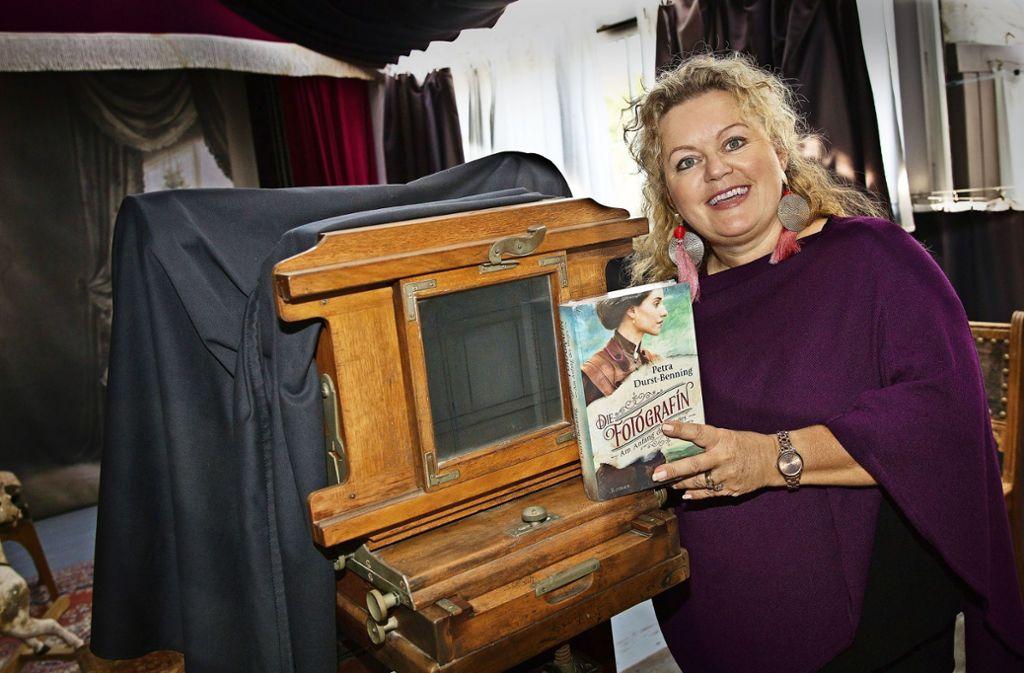 Wie immer gut drauf:  die Schriftstellerin Petra Durst-Benning  mit ihrem neuesten Werk  in klassischer  Ateliersumgebung Foto: Ines Rudel