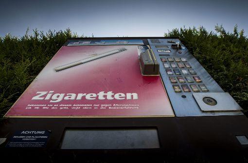 Diebe stehlen Zigarettenautomaten