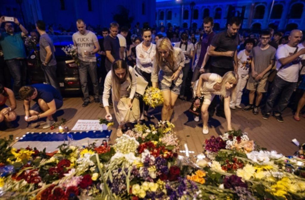 Vor der niederländischen Botschaft in Kiew legen Menschen Blumen nieder. Foto: AFP