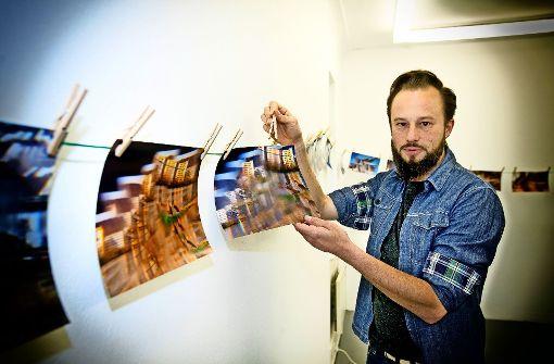 Johann Reißer hat Bilder aus Esslingen mit Hilfe einer Glasscherbe verfremdet. Foto: Rudel