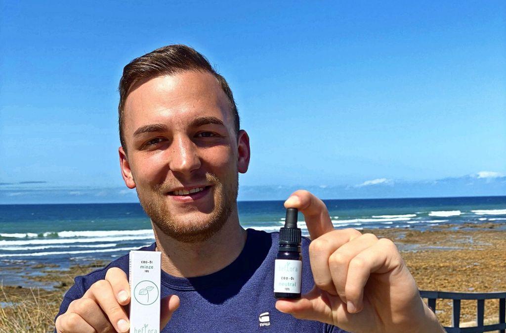 Der Start-up-Gründer Benjamin Gatterer mit dem CBD-Öl Foto: privat