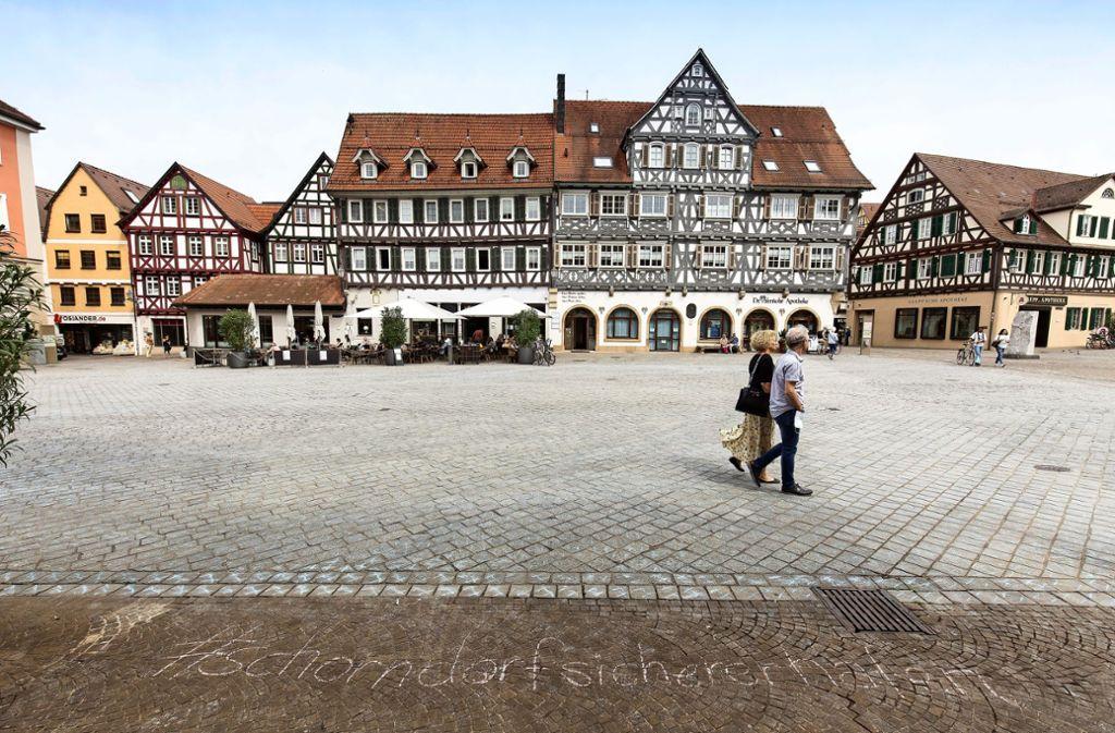 Am Freitagmittag waren die 37000 Kreidekreuze auf dem Schorndorfer Marktplatz nur noch schwach zu sehen. Foto: Frank Eppler