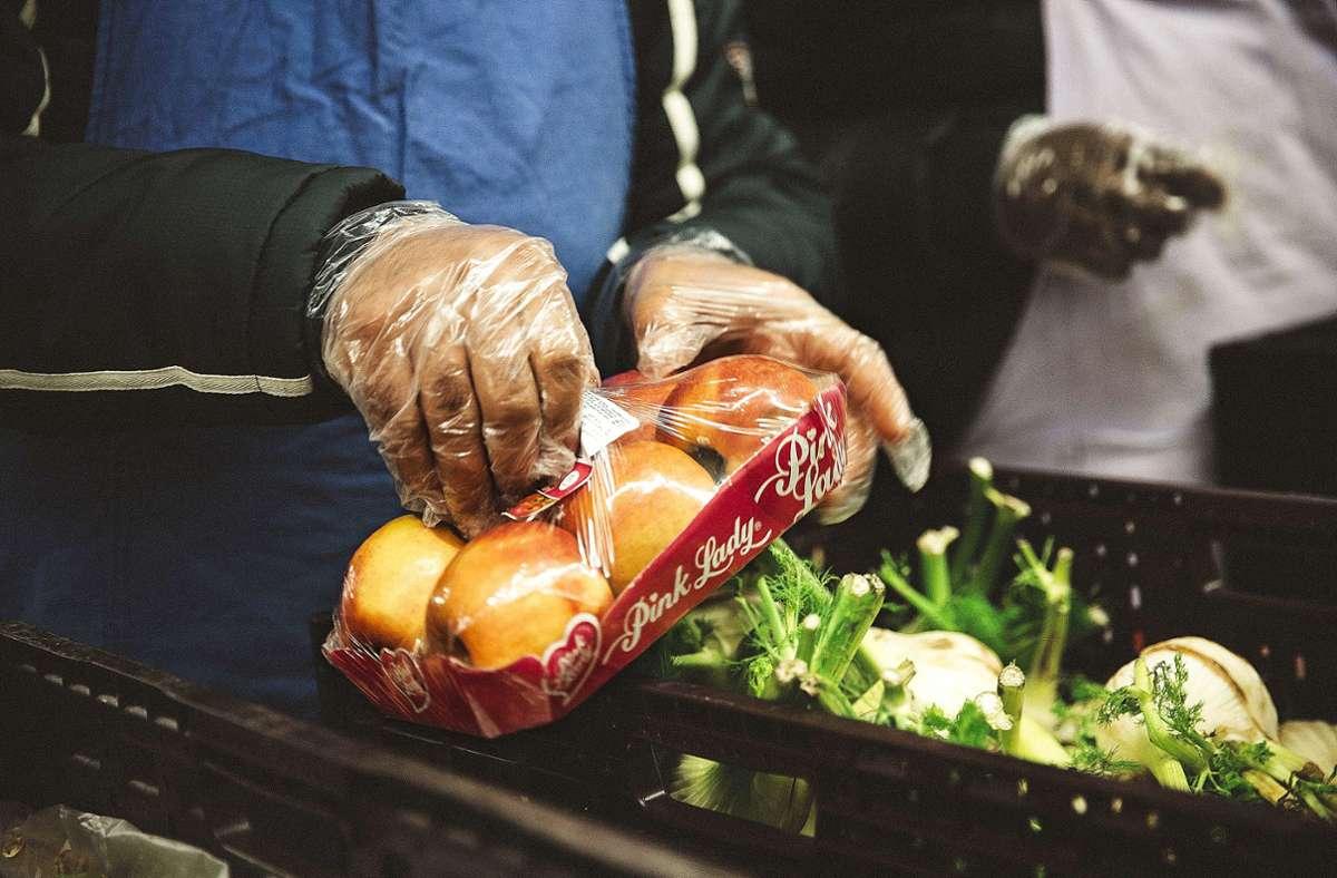 Was Frisches aus dem Tafelladen: Bei  vielen Familien herrscht jetzt Ebbe in der Haushaltskasse. Foto: Lichtgut/Leif Piechowsk