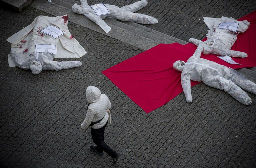 Schon im Januar gab es Proteste gegen die Waffenmesse vor dem Stuttgarter Rathaus. Foto: Lichtgut/Leif Piechowski