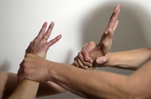 Mann verletzt seine Partnerin schwer