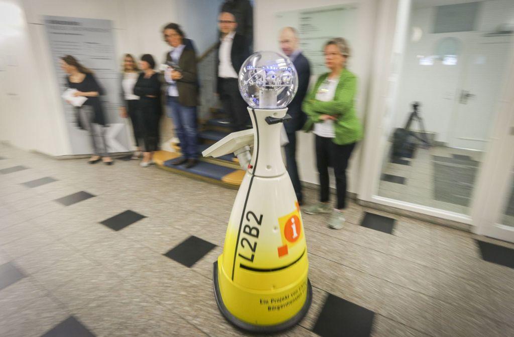 Gelber Bauch, blau blinkender Kopf: Der Service-Roboter L2B2 soll im Bürgeramt der Stadt aushelfen. Foto: factum/Granville
