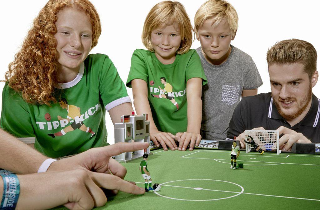 Mit einem Knopfdruck wird beim Kultspiel Tipp-Kick seit 1924 der Ball bewegt – mit etwas Glück sogar in Richtung Tor. Foto: Tipp-Kick
