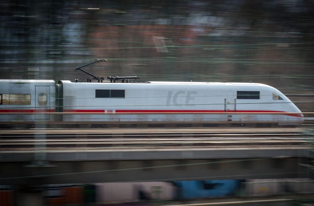 Eine Bahnreisende hatte eine unschöne Begegnung mit Fußball-Fans in einem ICE. (Symbolbild) Foto: Lichtgut/Achim Zweygarth