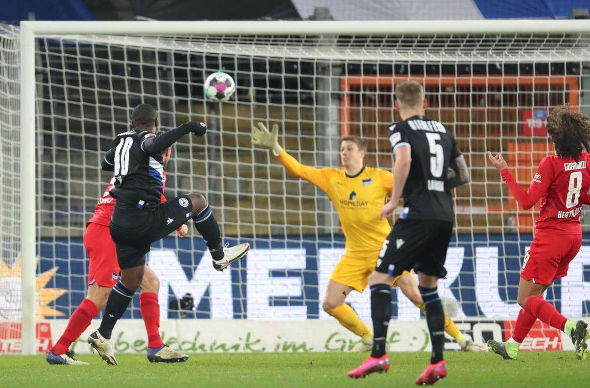 Reinhold Yabo (l) erzielt den Treffer zum 1:0 gegen Torwart Alexander Schwolow . Foto: dpa/Friso Gentsch