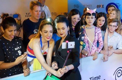 Katy Perry überrascht im Gothic-Look