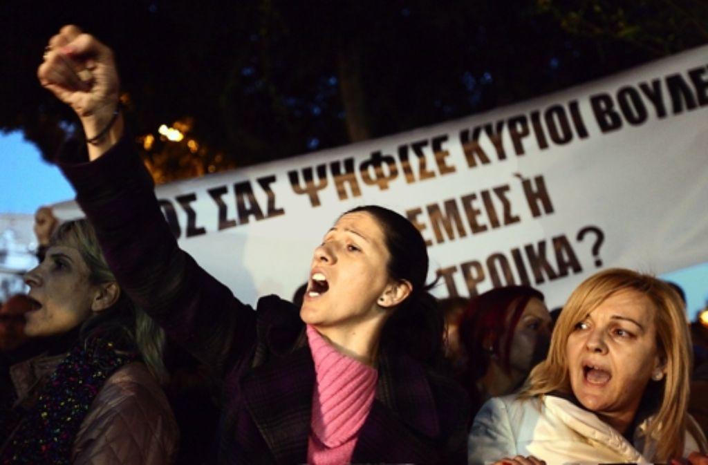 Am Samstag protestierten Zyprer bis spät in die Nacht gegen Spardiktate. Foto: EPA