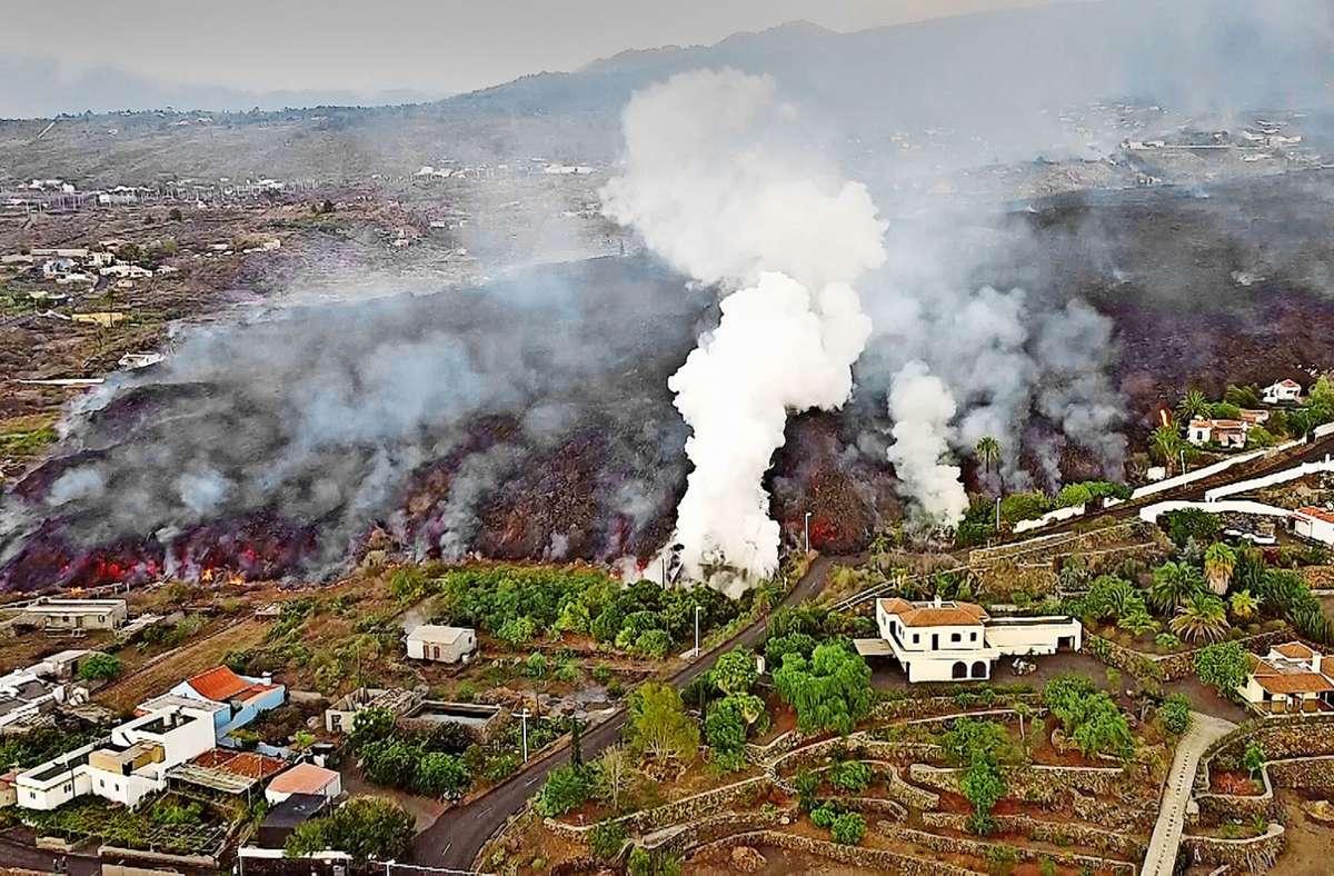 La Palma: Die schwarze, mehr als 1000 Grad heiße Geröllzunge aus dem Inneren des Vulkans wälzt sich unendlich langsam durch Wohngebiete und landwirtschaftliche Nutzflächen. Foto: Picture alliance//abaca