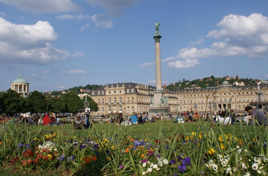 Die Rasenfläche vor dem Stuttgarter Schloss lädt bei Sonnenschein zum Verweilen ein. Auch als Sportfläche kann die Wiese genutzt werden. Foto: Kathrin  Thimme