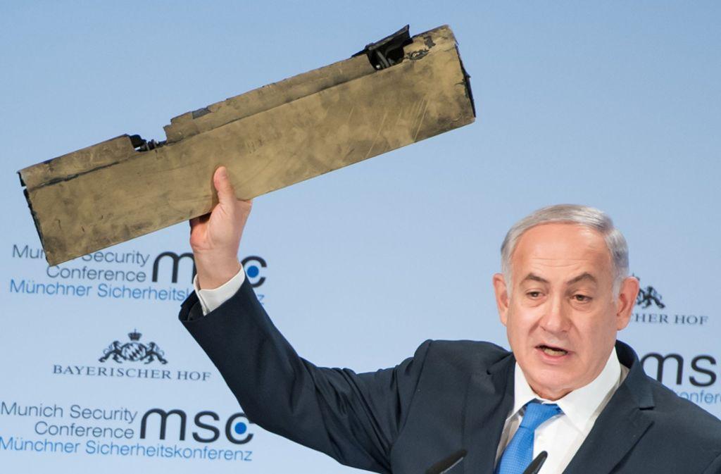Israels Premier Netanjahu hält das Teil einer angeblichen iranischen Drohne hoch, die über israelischem Gebiet abgeschossen worden sein soll. Foto: dpa