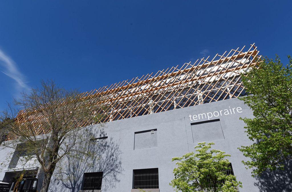 """Im """"Temporaire"""" auf dem Parkhausdach bietet in zwei Gasträumen etwa 70 Gästen Platz. Foto: dpa/Uli Deck"""