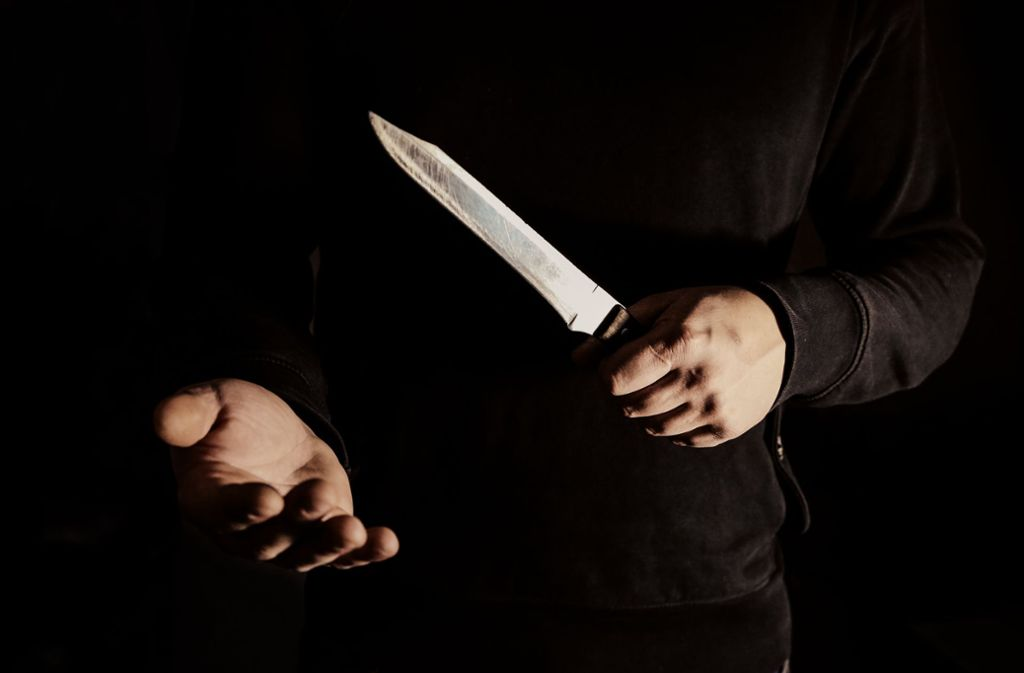 Der 17-jährige Stuttgarter soll einen 20-Jährigen in Heilbronn mit einem Messer schwer verletzt haben. (Symbolbild) Foto: Shutterstock/Only_NewPhoto