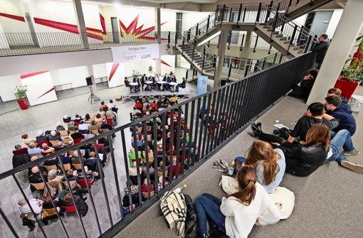 Gut ein  Dutzend Gymnasiasten verfolgt vom Flur des ersten Stockwerks aus   interessiert das Gespräch. Foto: factum/Granville
