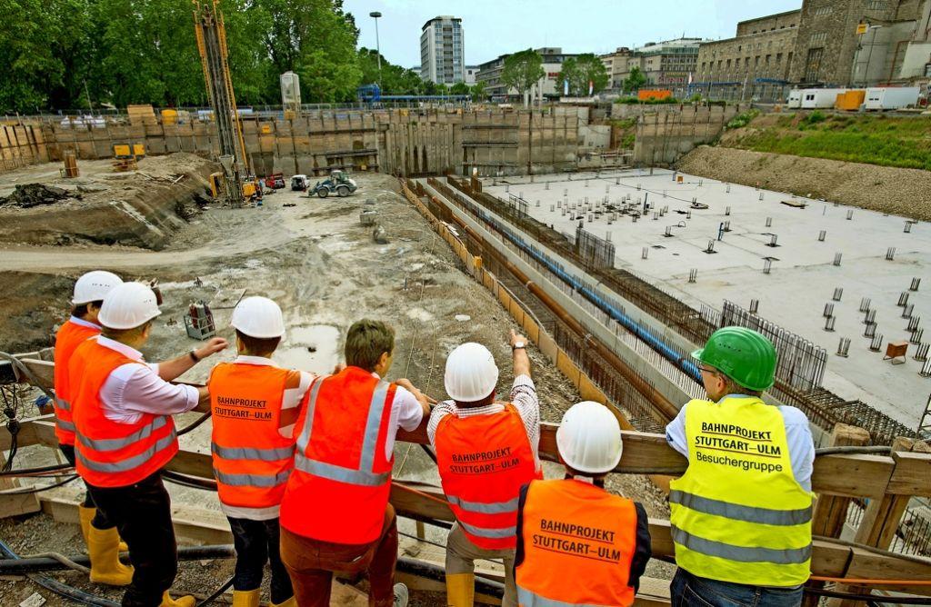 Im rechten Teil der Grube  soll von Mitte Juli an die Bodenplatte für den Durchgangsbahnhof bei Stuttgart 21 entstehen. Foto: Martin Stollberg
