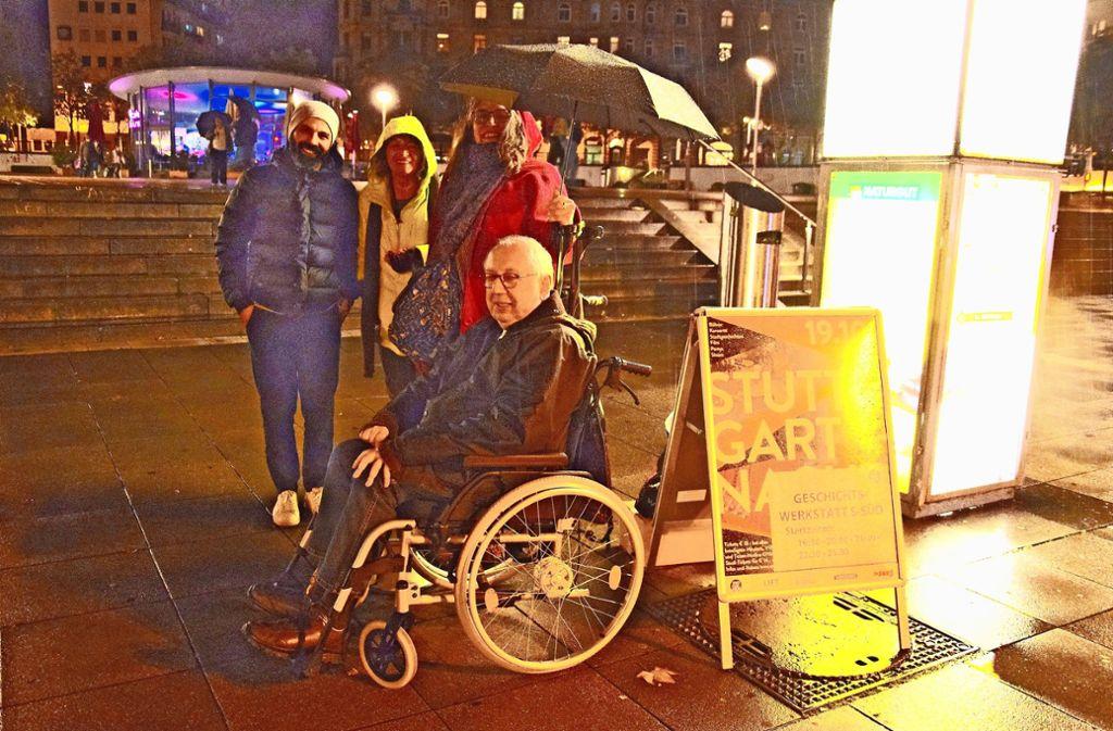 Wolfgang Jaworek (im Rollstuhl) weiß alles über die Geschichte des Marienplatzes, und der Syrer Anan Mohammed (mit Mütze) hat über den Platz seine Masterarbeit an der Stuttgarter Uni  geschrieben Foto: Petra Mostbacher-Dix