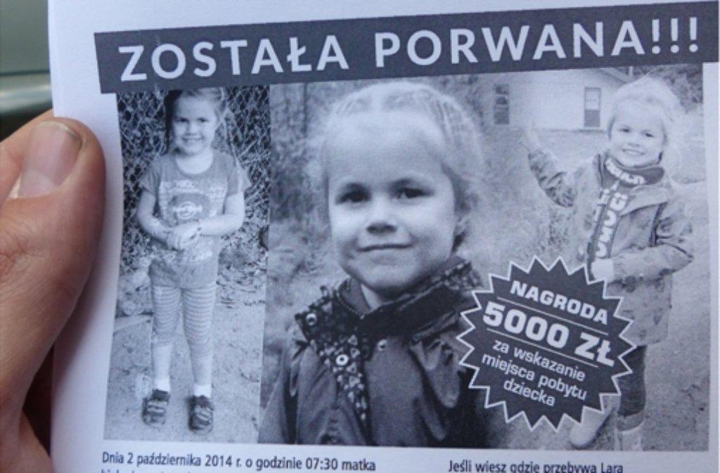 Mit diesen Zetteln sucht Thomas Karzelek in Polen nach seiner entführten Tochter Lara. Foto: Tim Höhn