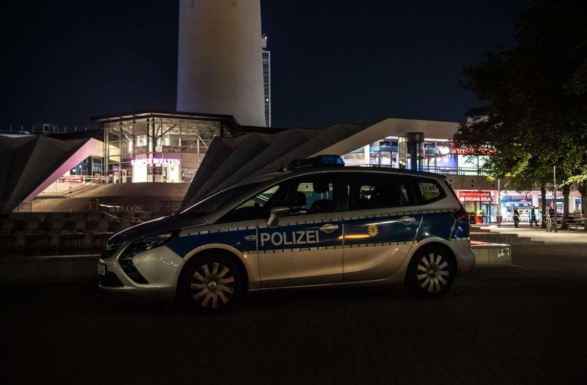 Die Polizei ermittelt nach dem Streit auf dem Alexanderplatz. Foto: dpa/Paul Zinken