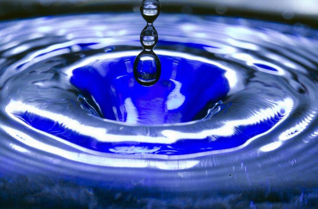 Bei der von vielen Bürgern gemeldeten Blaufärbung des Wassers soll es sich um eine natürliche Schwankung in der Zusammensetzung des Wassers handeln (Symbolbild). Foto: dpa