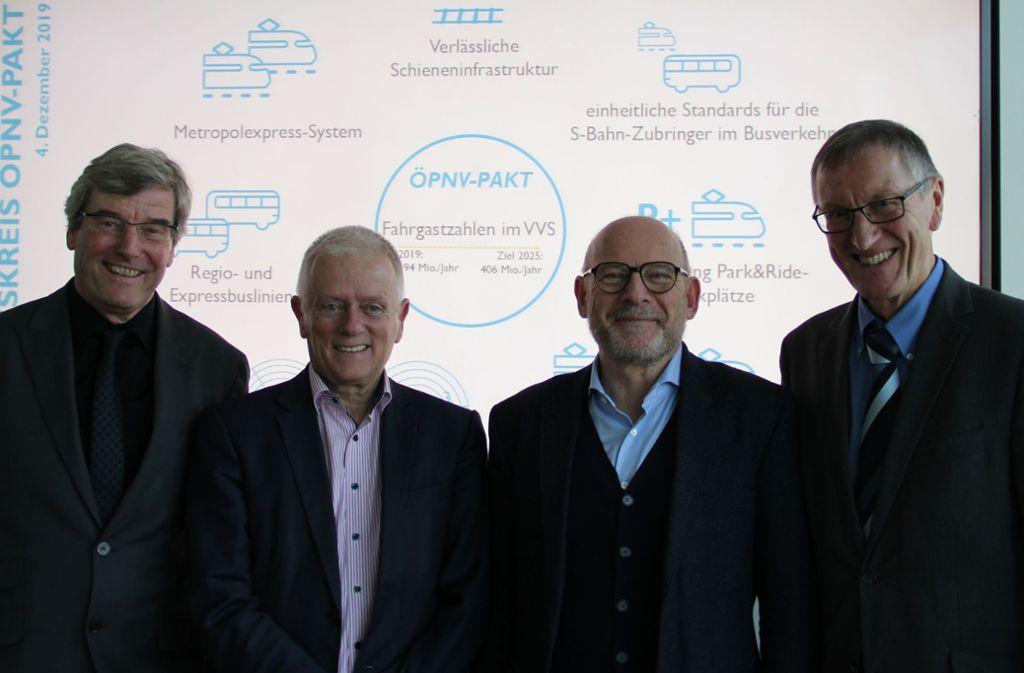 Zufrieden mit der Arbeit im ÖPNV-Pakt (von links): Regionalpräsident Thomas Bopp, OB Fritz Kuhn, Verkehrsminister Winfried Hermann und Landrat Roland Bernhard (Kreis Böblingen). Foto: Verkehrsministerium