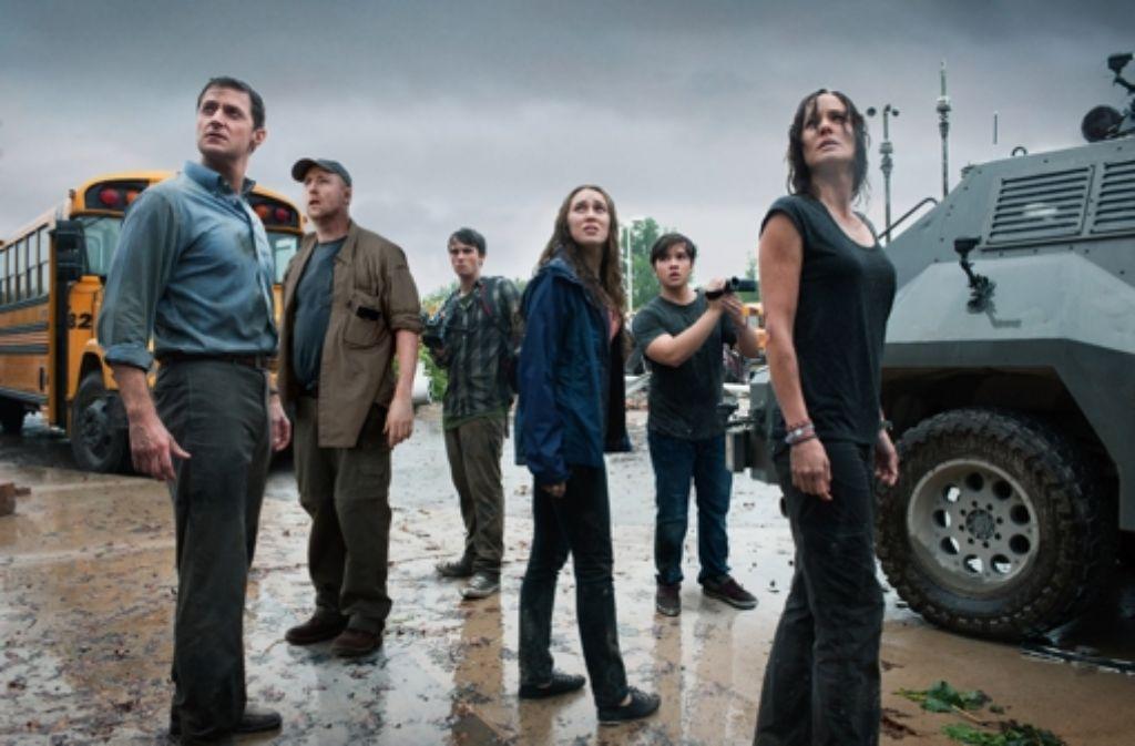 Es braut sich was zusammen am Himmel: diese durchnässten Herrschaften kommen bald vom Regen in die Traufe. Foto: Warner Bros. Entertainment