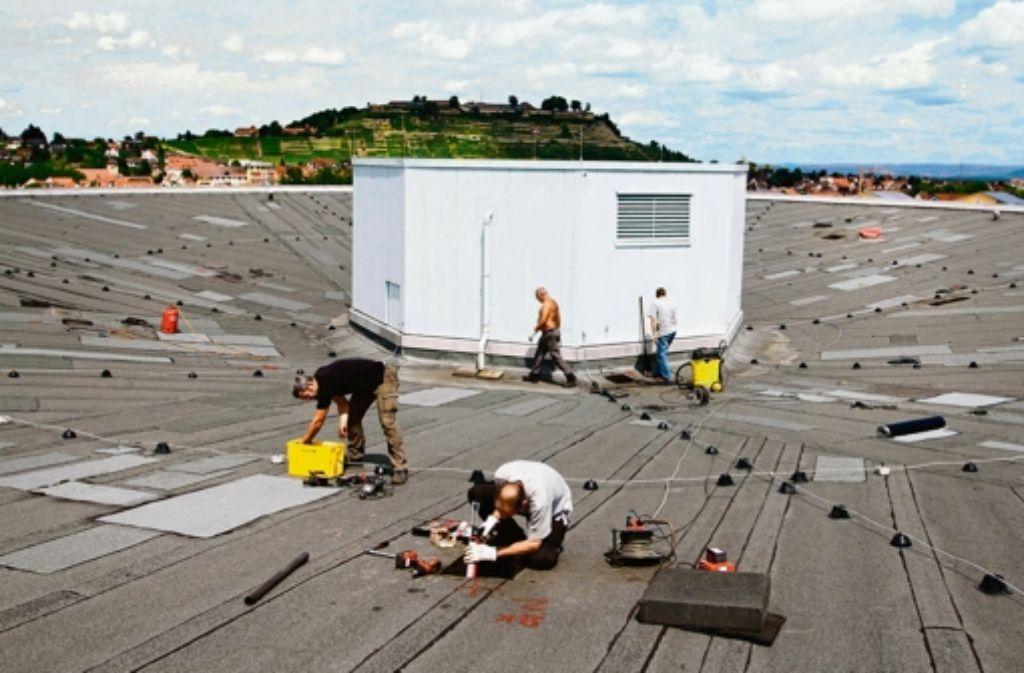 Experten durchleuchten das Dach der Halle in Asperg. Foto: factum/Granville