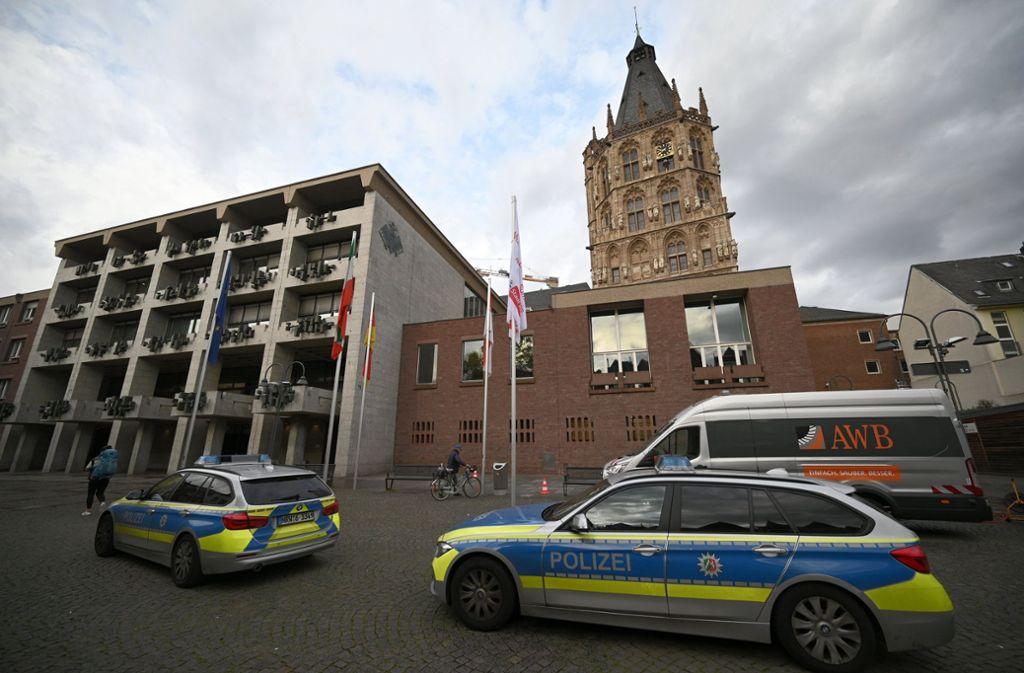 Das Kölner Rathaus wurde nach der Bombendrohung durchsucht. Foto: dpa/Henning Kaiser